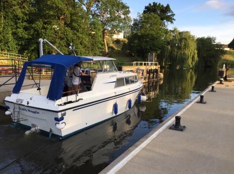 river_medway_navigation_teston_lock_boat (1)