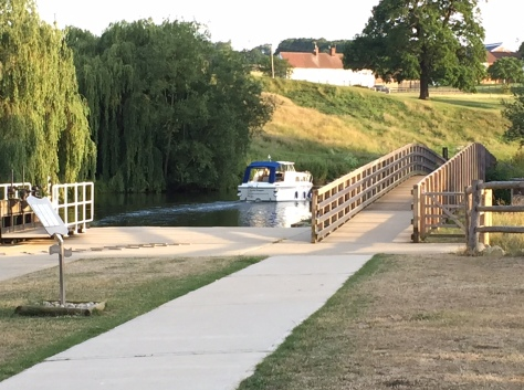 river_medway_navigation_teston_lock_boat (2)