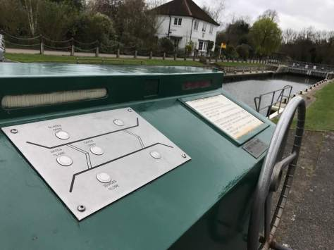 electric_lock_unmanned_river_thames_molesey